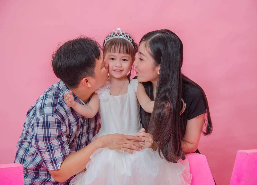 Chụp ảnh cho bé cùng gia đình